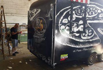 רכב אוכל שחור ממותג של לה פיצה