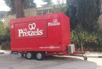 דוכן מזון נייד של Pretzels, ממותג בצבעים אדומים