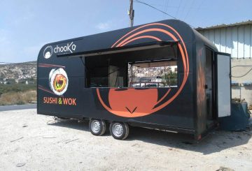 משאית אוכל ממותגת של צ'וקה אמיתי מוכנה להגשה של אוכל אסייתי